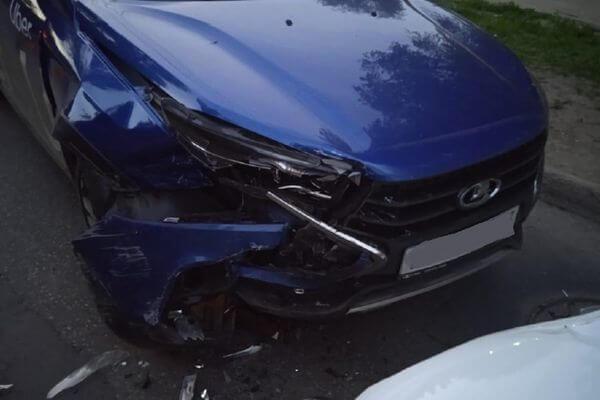Таксист в Самаре устроил аварию и попал в больницу | CityTraffic