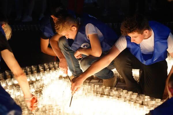 Силуэт штурмовика Ил-2 из десяти тысяч свечей составили в Самаре в память о войне | CityTraffic