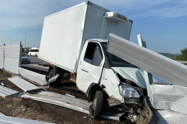 Грузовой фургон врезался в столб и снес шумовой экран на трассе в Самарской области   CityTraffic