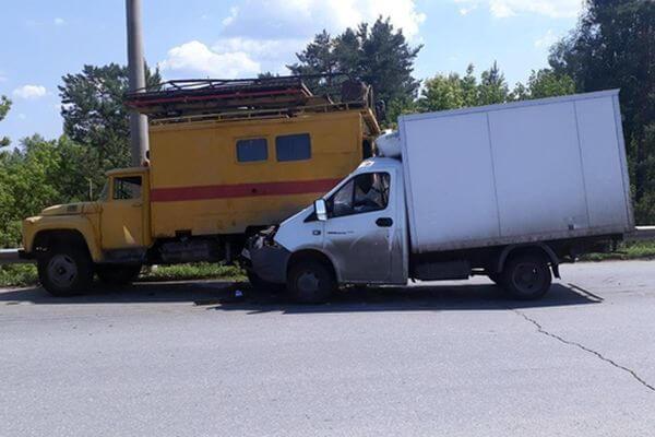 В Тольятти фургон врезался в ЗИЛ, а тот сбил своего водителя, стоявшего на дороге | CityTraffic