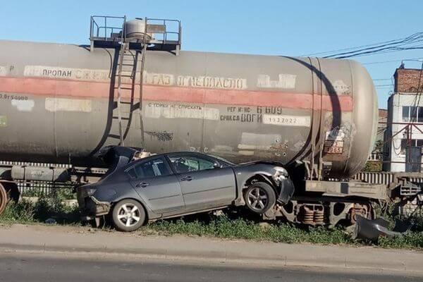 В Самаре водитель легковушки влетел в жд вагоны   CityTraffic