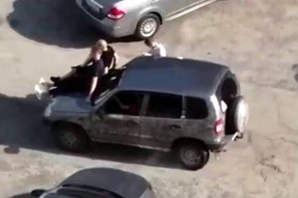 В Тольятти оштрафовали водителя, который вез на капоте троих людей | CityTraffic