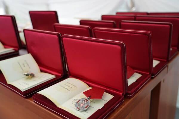 Накануне празднования Дня России Дмитрий Азаров вручил госнаграды заслуженным жителям Самарской области | CityTraffic