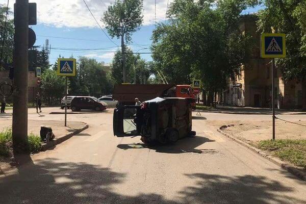 "В Самаре КАМАЗ опрокинул ""Гранту с двумя женщинами и младенцем | CityTraffic"