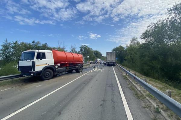 На трассе М-5 в Самарской области столкнулись три автомобиля, один человек погиб | CityTraffic