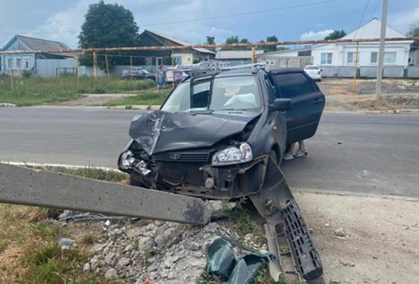 В Октябрьске вазовская легковушка врезалась в столб из-за разрыва колеса | CityTraffic