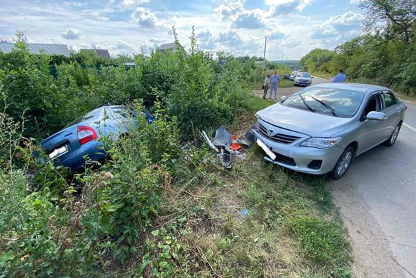 Три человека пострадали врезультате столкновения автомобилей Lada Kalina иToyota Corolla вСамарской области