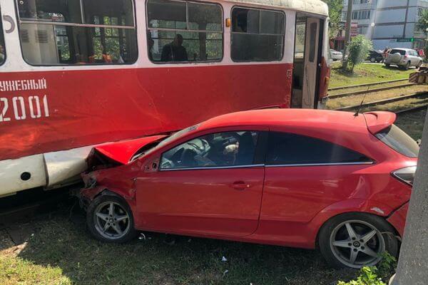 """В Самаре """"Опель"""" столкнулся с10 автомобилями иотлетел втрамвай"""