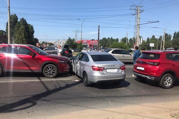 В Тольятти водитель иномарки устроил аварию с тремя автомобилями | CityTraffic