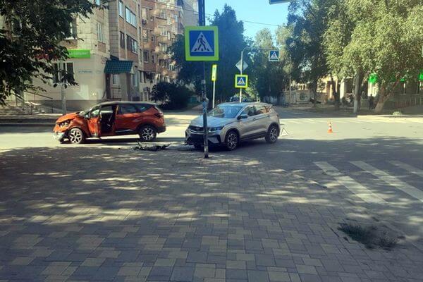 В Самаре столкнулись две иномарки, водитель одной из них попал в больницу   CityTraffic