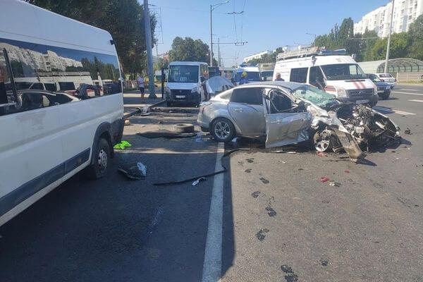 "В Самаре ""Форд"" врезался в ""Икс-Рэй"" и отлетел на три автобуса, пострадали 3 человека | CityTraffic"