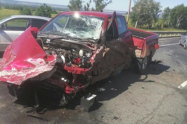 Кроссовер врезался в грузовик на трассе М-5 и опрокинул ГАЗель с яблоками   CityTraffic
