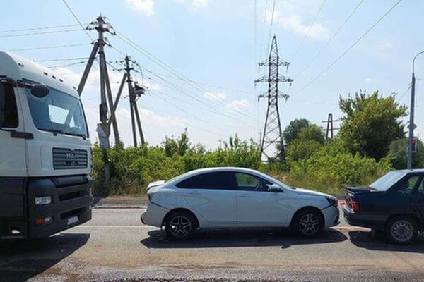 В Тольятти грузовик устроил аварию с двумя легковушками | CityTraffic