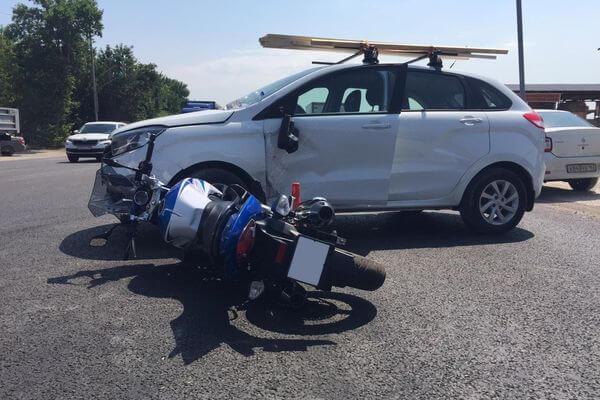 В Самаре женщина на мотоцикле попала под колеса автомобиля | CityTraffic