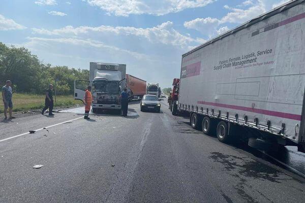 Три грузовика столкнулись на трассе М-5 в Самарской области | CityTraffic