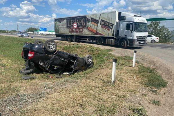 """""""Калина"""" врезалась в грузовик, отлетела в кювет и опрокинулась на трассе в Самарской области   CityTraffic"""