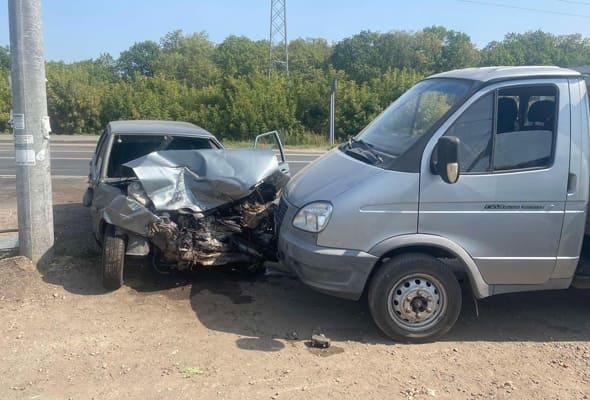 В Самаре вазовская легковушка врезалась в два автомобиля | CityTraffic