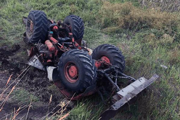 В поселке Самарской области перевернулся трактор, водитель погиб | CityTraffic
