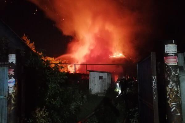 В Самаре ночью сгорели два деревянных дома на улице Пушкина | CityTraffic