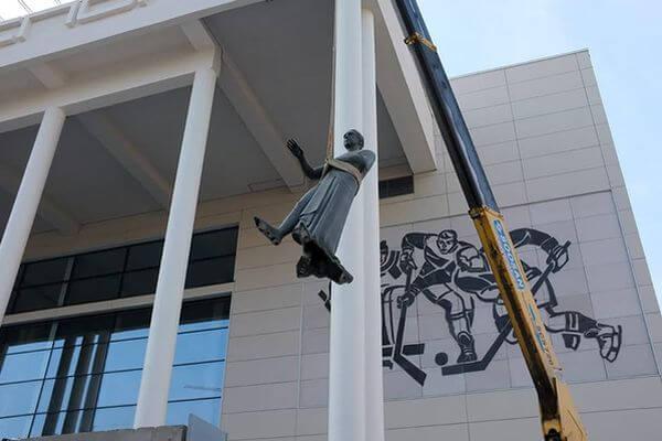 В Самаре памятник Владимиру Высоцкому вернули после ремонта кновому Дворцу спорта