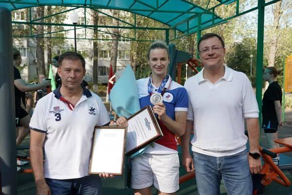 Дмитрий Азаров встретился с призером Олимпийских игр в Токио Ольгой Фоминой в новом сквере 14 квартала Тольятти   CityTraffic