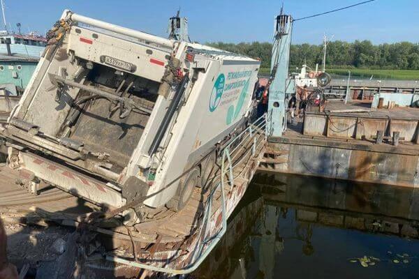 На переправе Самара - Рождествено мусоровоз проломил мостки   CityTraffic