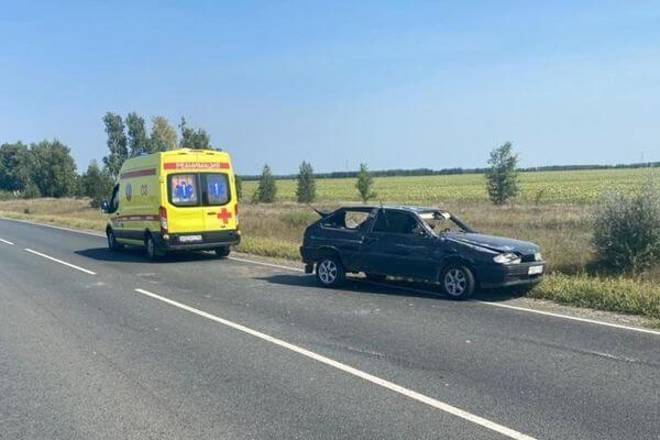 Вазовская легковушка опрокинулась на трассе в Самарской области   CityTraffic