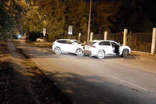 В Самаре пенсионер на китайском кроссовере сбил пешехода и протаранил два припаркованных автомобиля | CityTraffic