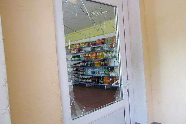 Коньяк, колбасу и сладости украл из магазина житель Самарской области, разбив дверь | CityTraffic