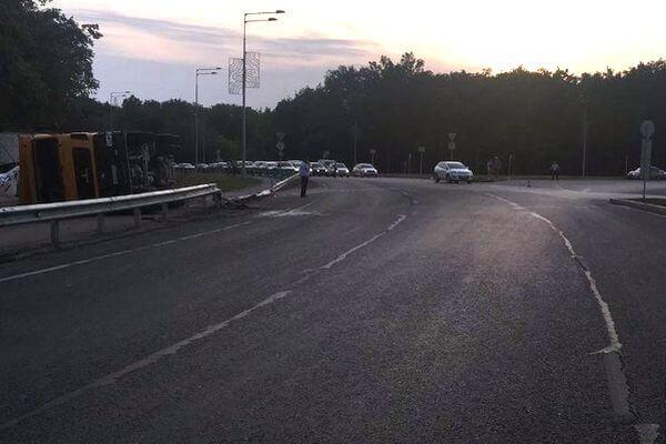 В Самаре перевернулся грузовик с щебнем   CityTraffic