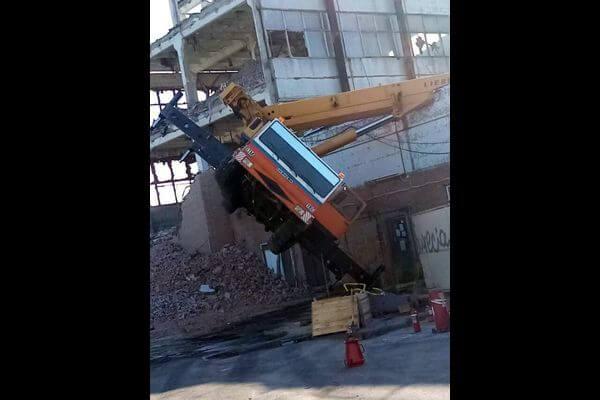 В Тольятти опрокинулся автокран, пробив крышу склада | CityTraffic