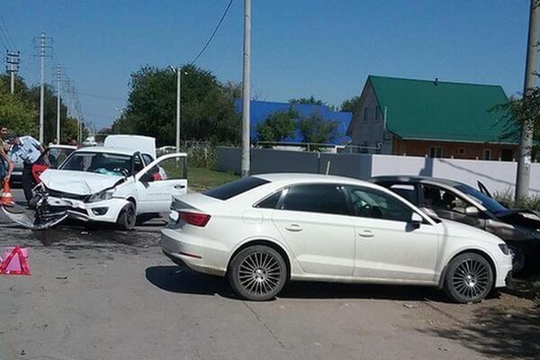 """Женщина на """"Чери"""" врезалась в """"Гранту"""" и """"Ауди"""" вЧапаевске"""