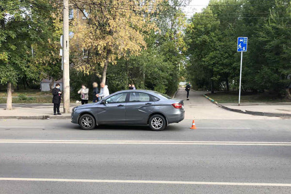 На улице Мориса Тореза в Самаре водитель «Весты» сбил пешехода с собакой | CityTraffic