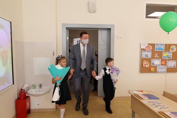 Губернатор Самарской области поприветствовал первоклашек на линейке в новой школе на Пятой просеке   CityTraffic