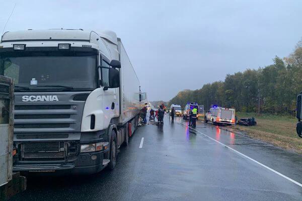КАМАЗ вышвырнул легковушку с дороги врезался в другой грузовик на трассе М-5 в Самарской области | CityTraffic