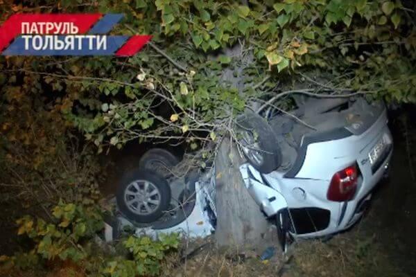 """Два человека погибли вТольятти, опрокинувшись в """"Калине"""" иврезавшись вдерево"""