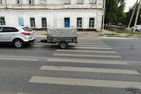 В Сызрани автомобиль с прицепом сбил школьника на самокате | CityTraffic