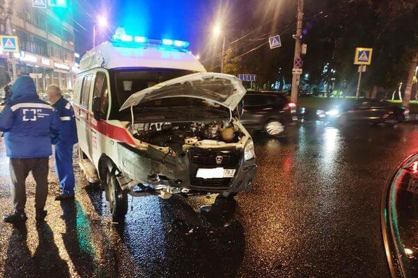 В Самаре легковушка врезалась в Скорую помощь | CityTraffic
