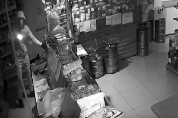 Житель Самары натянул футболку на лицо, придумал себе хромоту - и вынес деньги из касс трех магазинов в Нефтегорске | CityTraffic