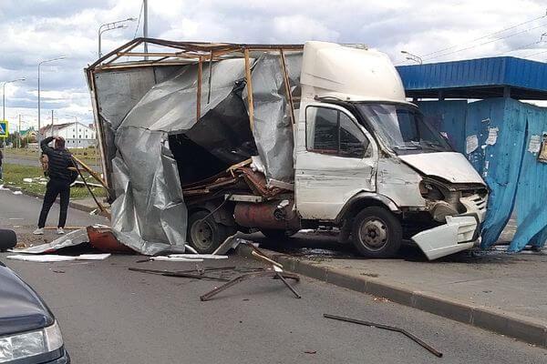 В Тольятти газель врезалась в МАЗ и застряла в остановке, повредив еще 4 автомобиля | CityTraffic