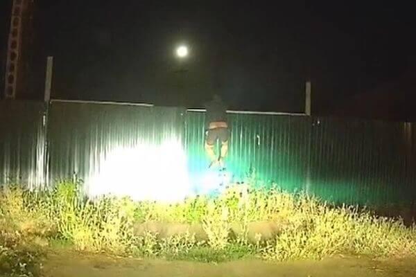 Пьяный водитель, убегая от полиции, не смог залезть назабор