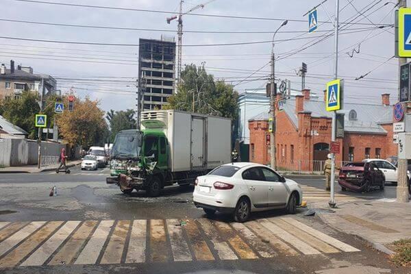 В Самаре на перекрестке столкнулись 2 легковушки и грузовик | CityTraffic