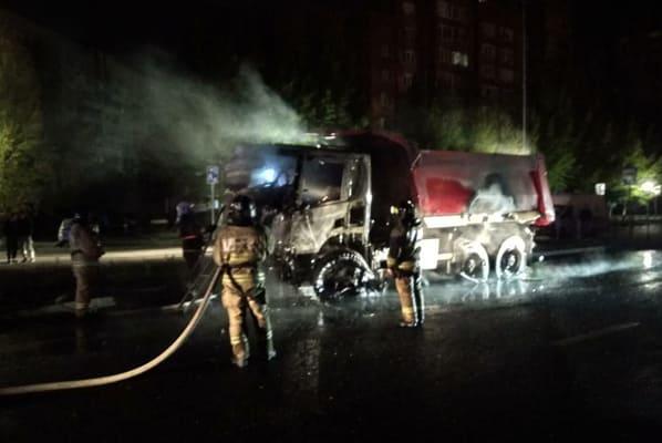 Ночью в Тольятти 7 человек тушили кабину горящего грузовика | CityTraffic