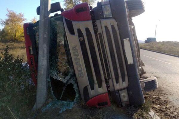 В Тольятти грузовик с прицепом упал на бок | CityTraffic