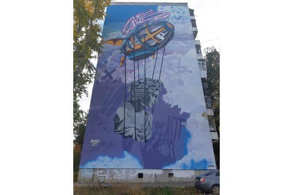 В Кировском районе Самары на одном из домов нарисовали дирижабль ибогиню любви