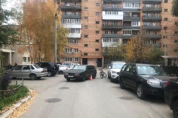 В Самаре велосипедист был сбит во дворедома