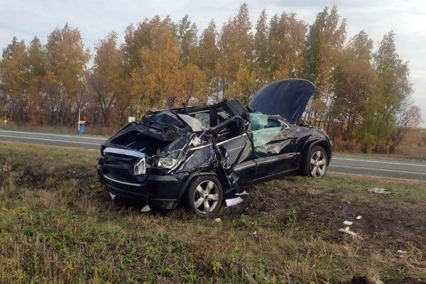 Джип протаранил дорожный знак и опрокинулся на трассе в Самарской области | CityTraffic