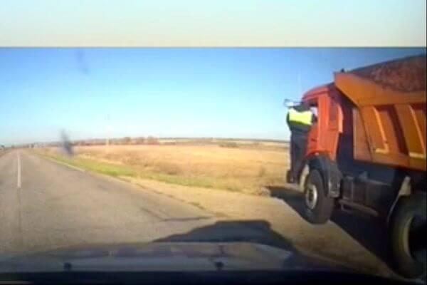 Полицейским пришлось стрелять по КАМАЗу, на котором пьяный водитель творил беспредел на дороге вСамарской области