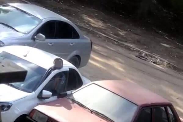 Водитель, голову которого зажало дверью автомобиля в Самаре, жив | CityTraffic