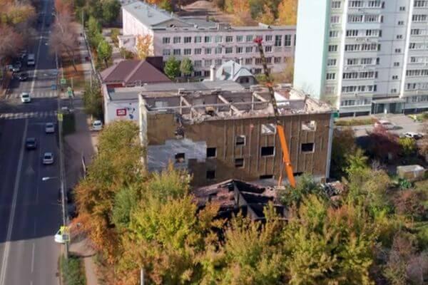 """В Самаре сняли на видео, как сносят шинный центр """"Таганка"""""""